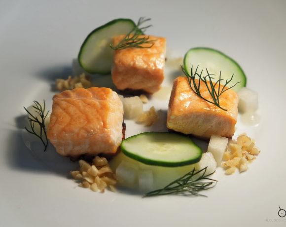 Cubi di salmone arrostiti, cetriolo, salsa agrodolce alla pera coscia e granella di noci.