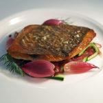 Filetto di orata arrostito, cipollato rosso caramellato e cetriolo