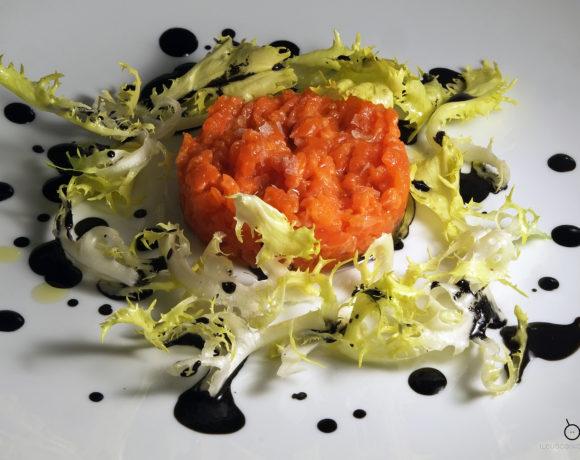 Tartare di salmone rosso selvaggio, indivia riccia e maionese al nero di seppia
